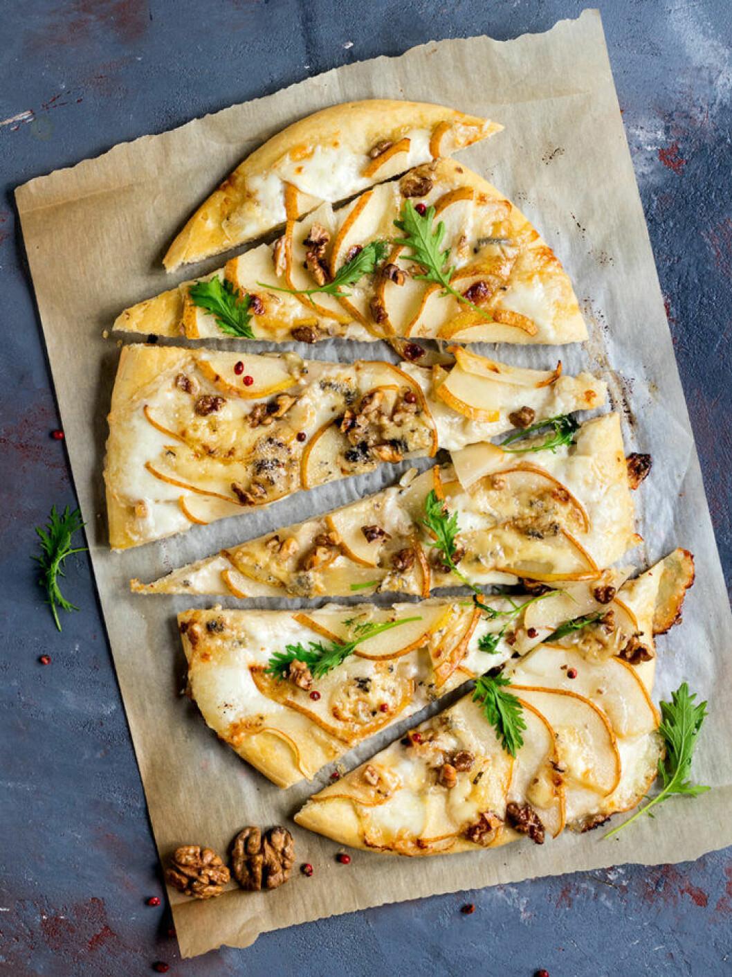 Päron- och gorgonzolapizza med valnötter och rucola.