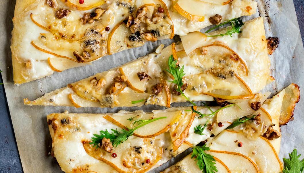 Päron- och gorgonzolapizza med valnötter.