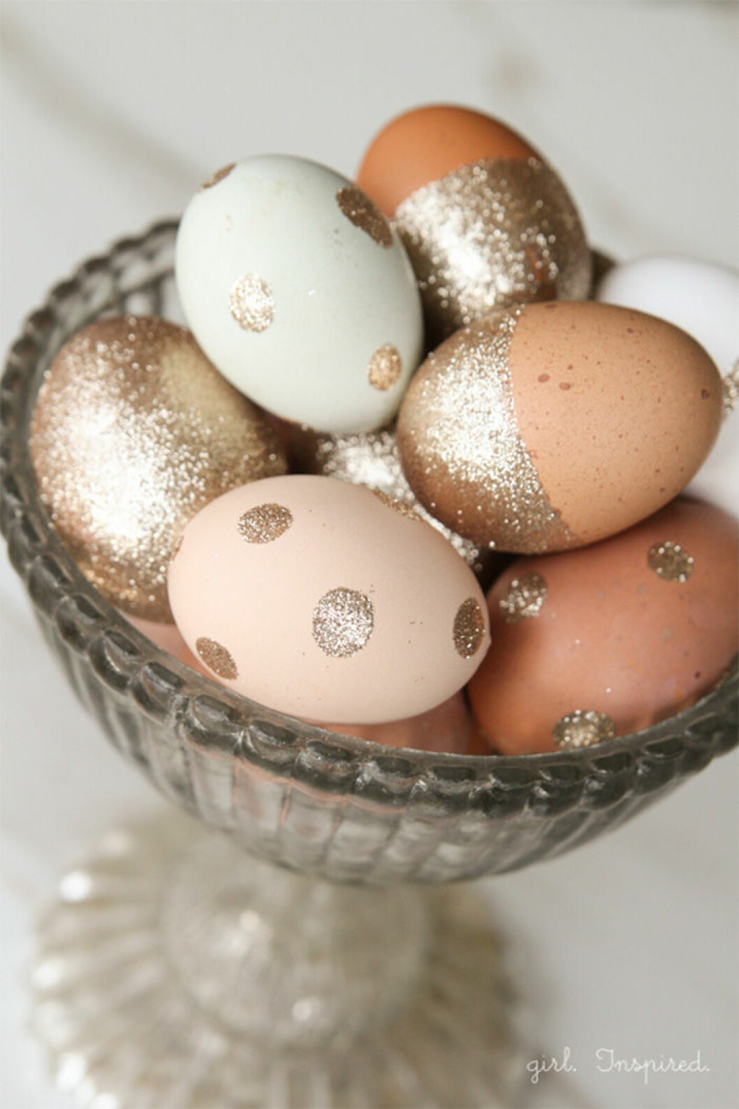 Dekorera äggen med glitter.