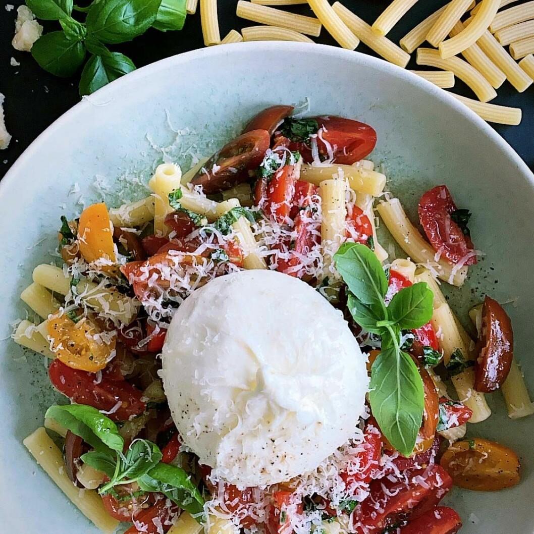 Recept på pasta a la bruschetta med krämig burrata
