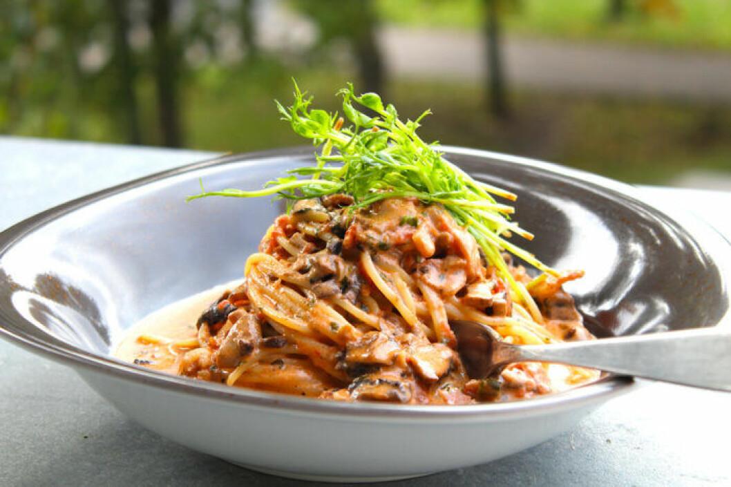 Krämig pasta med bacon och champinjoner.