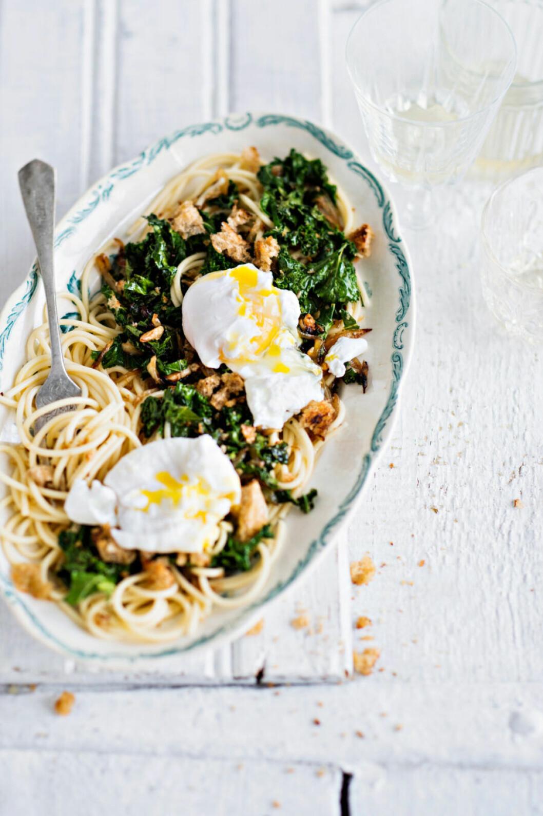 Recept på pasta med brödkrisp, grönkål och pocherat ägg