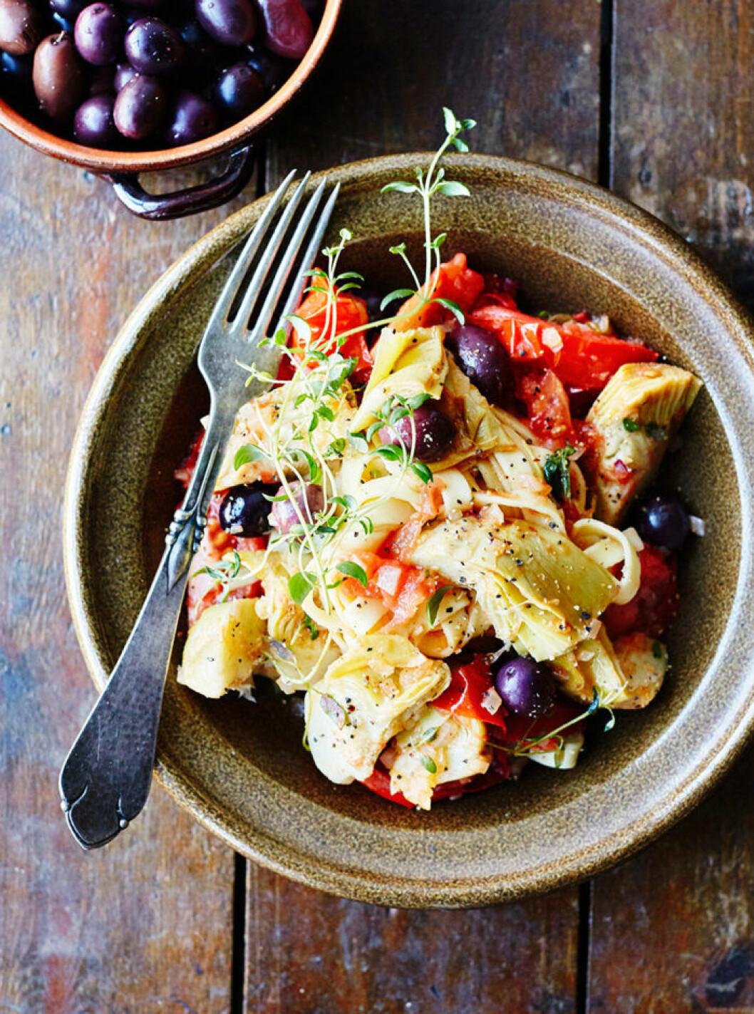 Pasta carciofi med tomater, kronärtskockor och oliver.