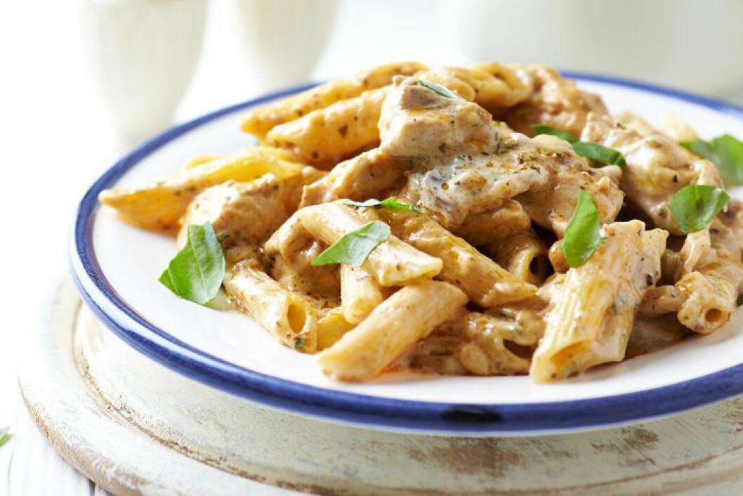 Vi svenskar älskar kyckling och pasta. Foto: IBL