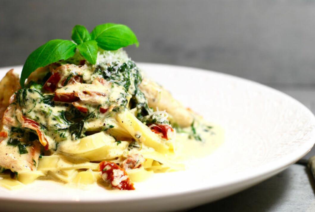Krämig pasta med kyckling, spenat & soltorkade tomater.
