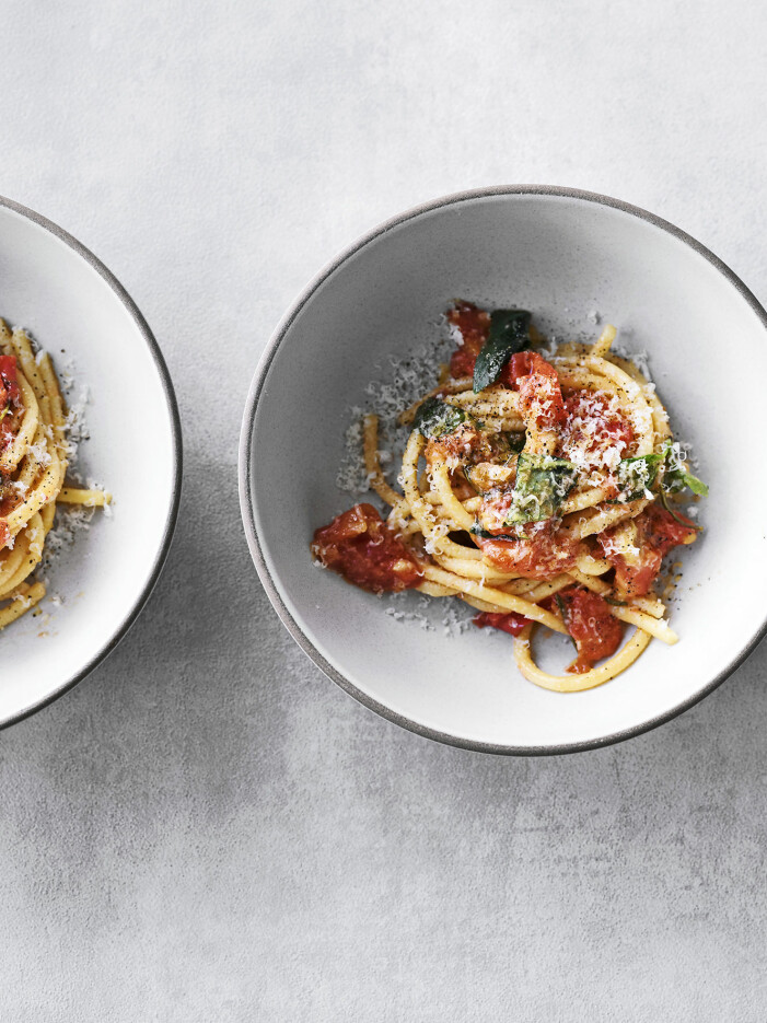 Bjud på pasta med tomater, vin och vitlöksolja