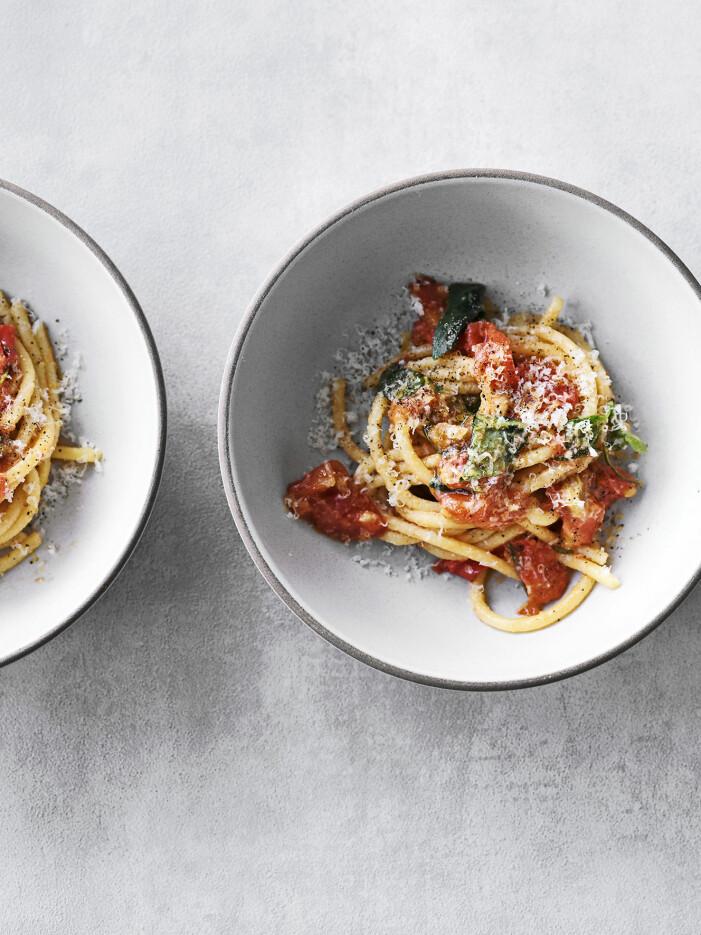 Recept på pasta med tomater, vin och vitlöksolja