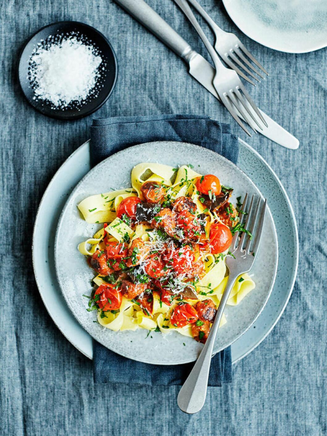 Pappardelle med falafel, aubergine och tomat.