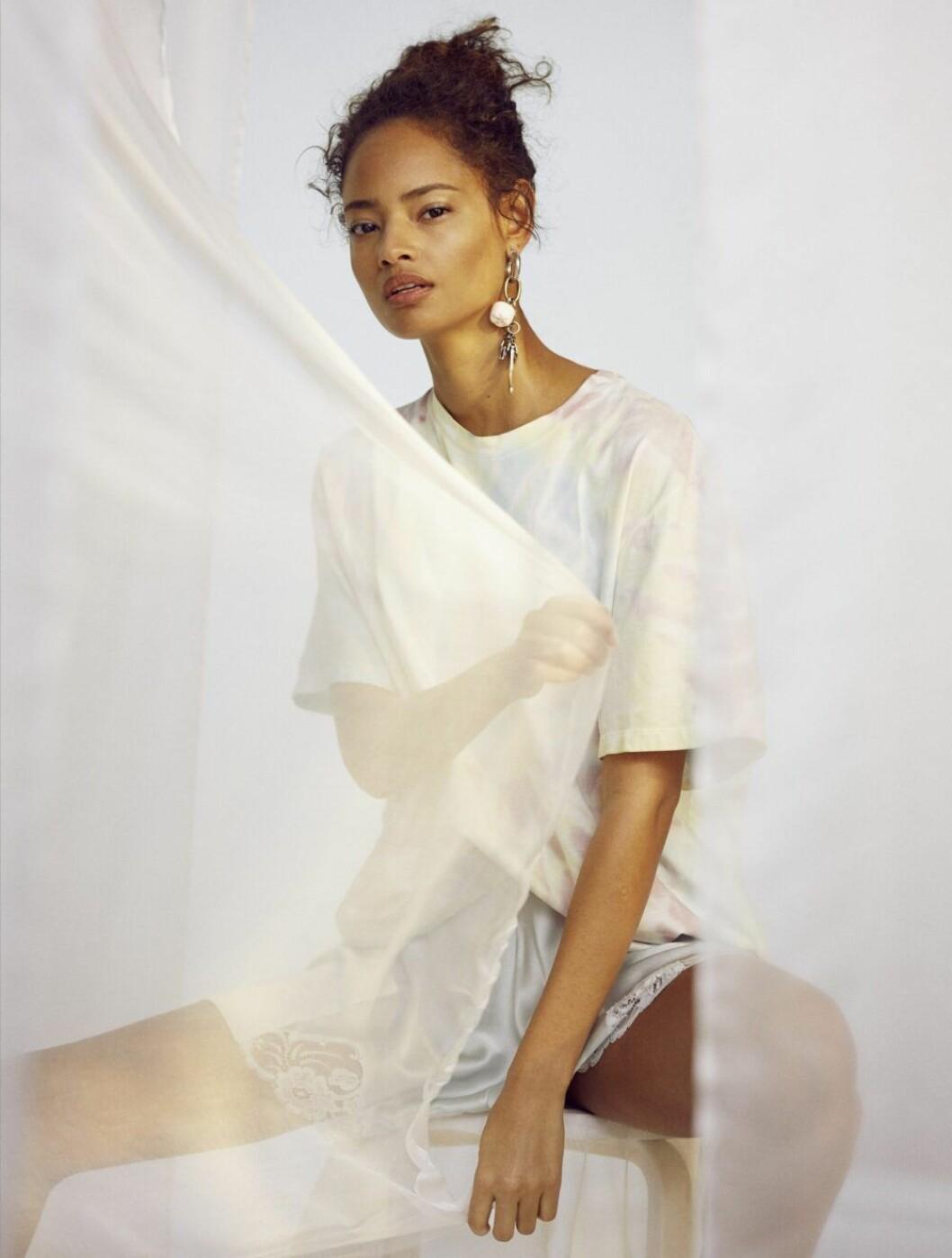 Vit t-shirt kombineras med ljusblåa silkesshorts