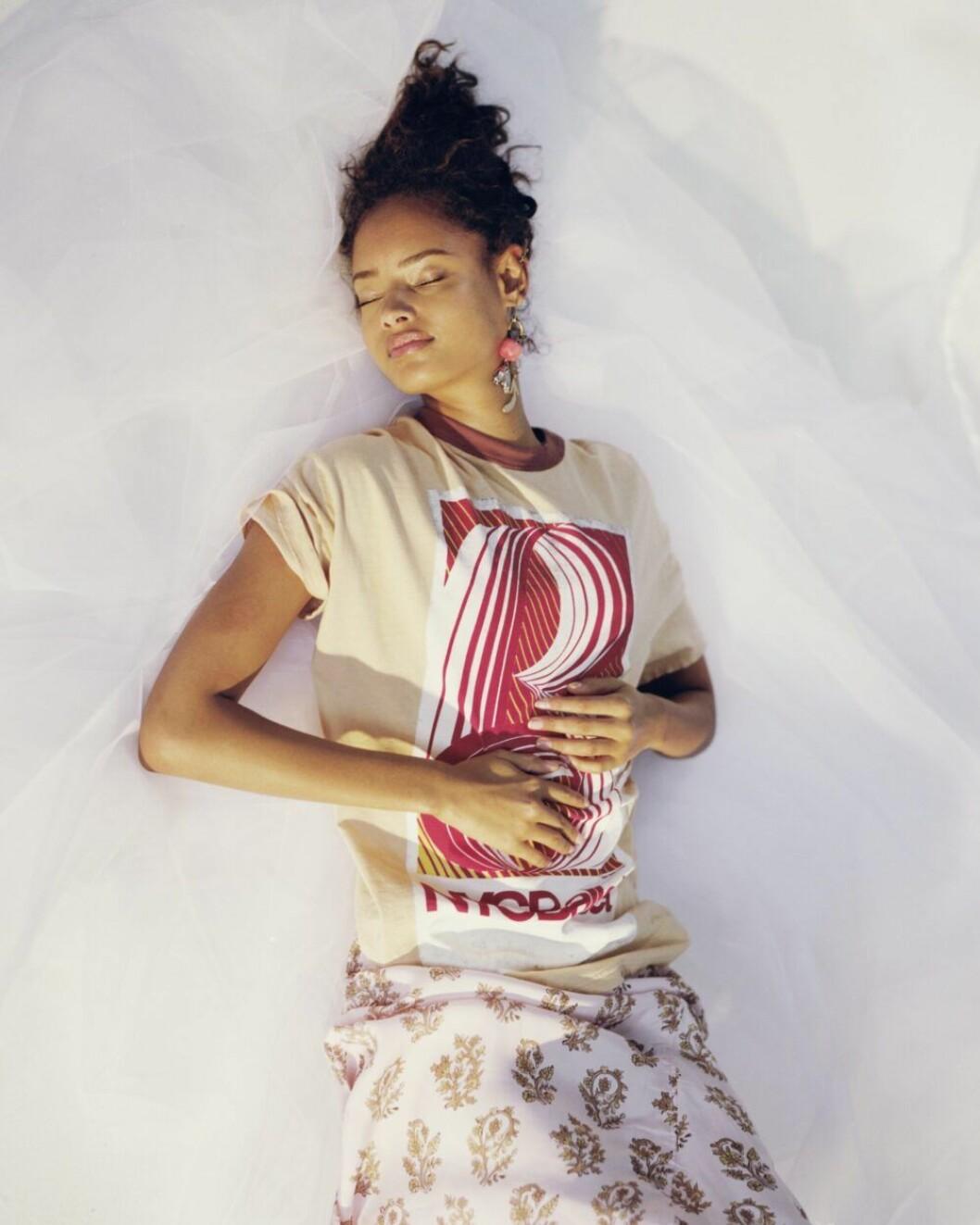 Grafisk t-shirt och mönstrad kjol från Acne Studios