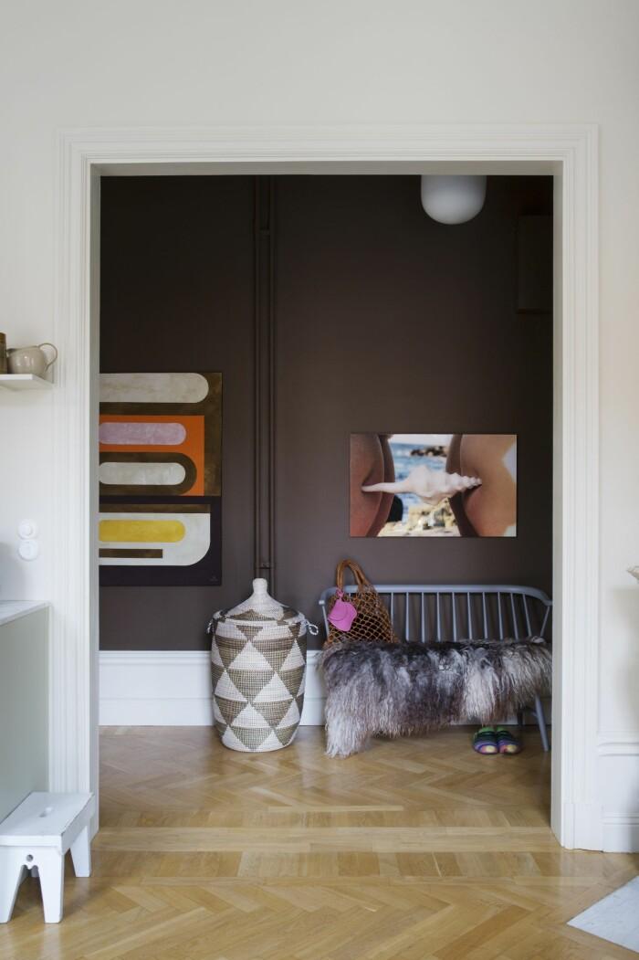 Hemma hos väskdesignern Paulina Liffner i Vasastan i Stockholm hallen brun vägg