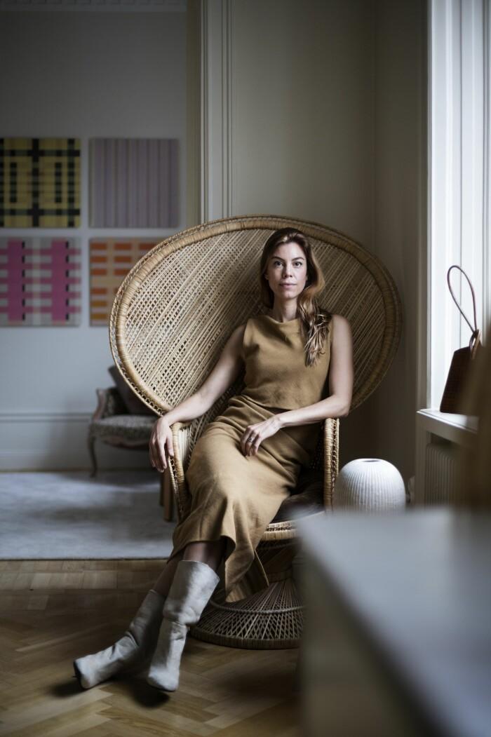Hemma hos väskdesignern Paulina Liffner i Vasastan i Stockholm påfågelsfåtölj