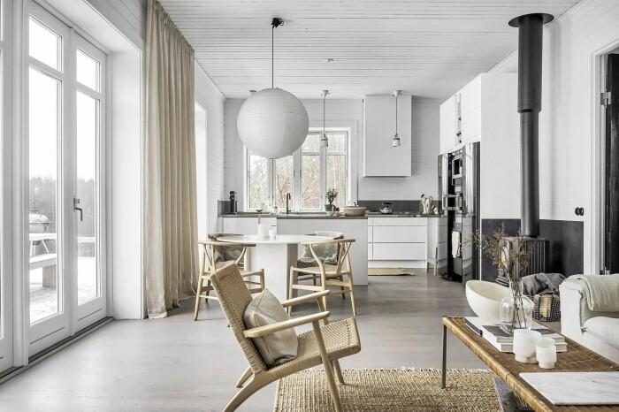 öppen planlösning mellan kök och vardagsrum hos Pella Hedeby