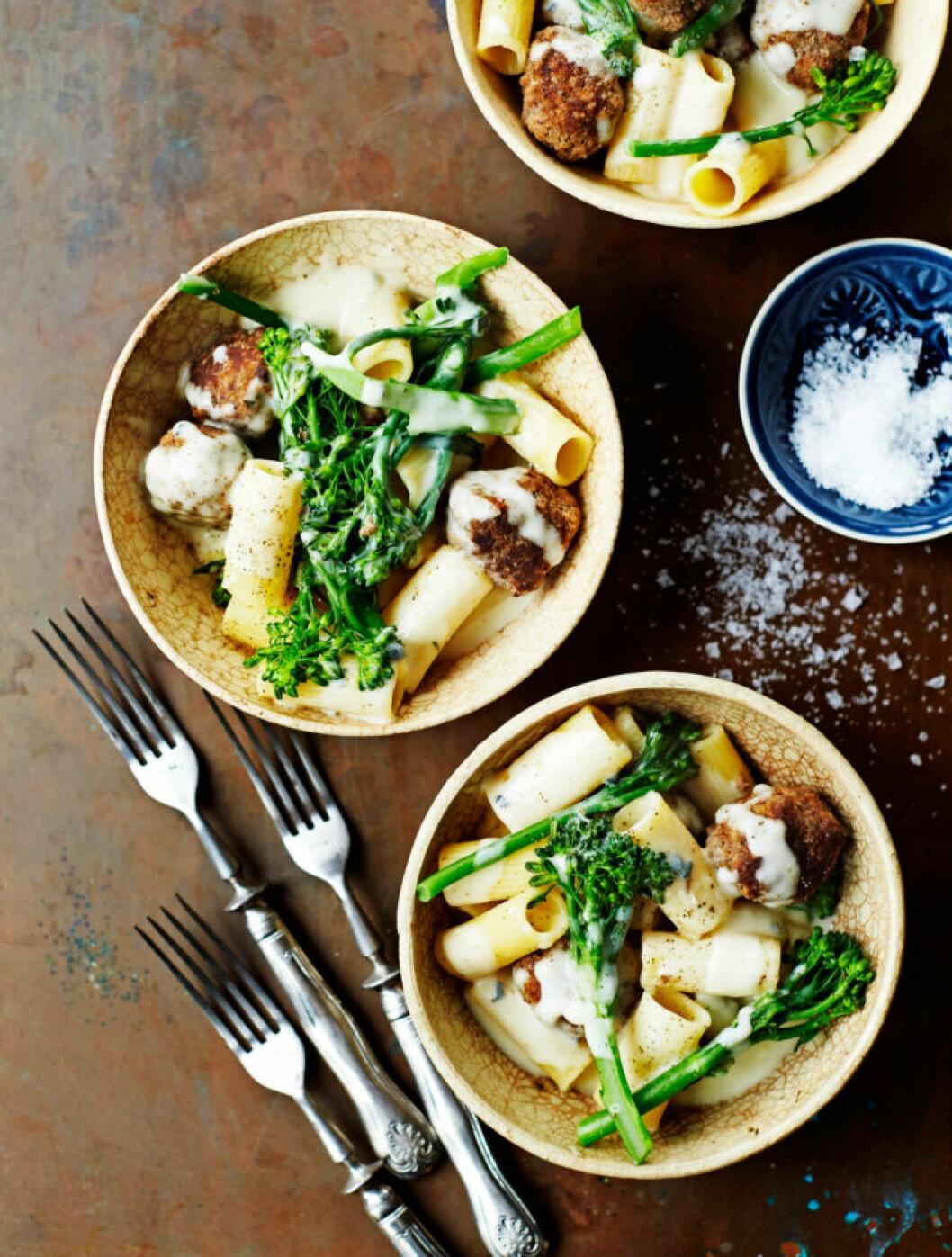 Recept på pasta med falafel, ostsås och broccoli