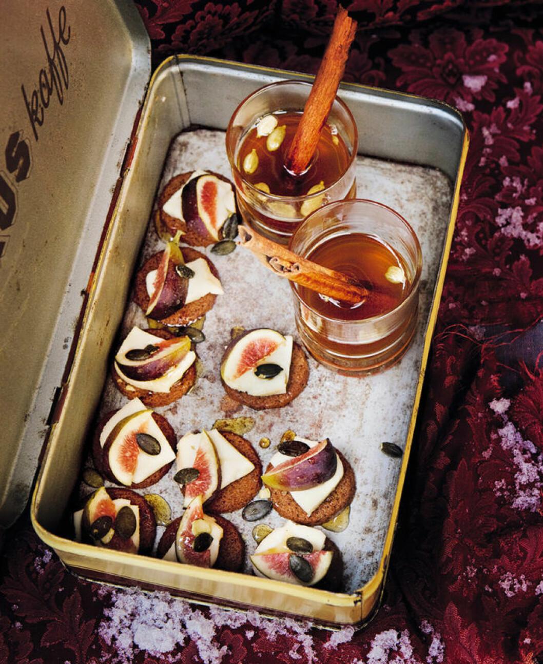 Mandelpepparkakor med taleggio och fikon.