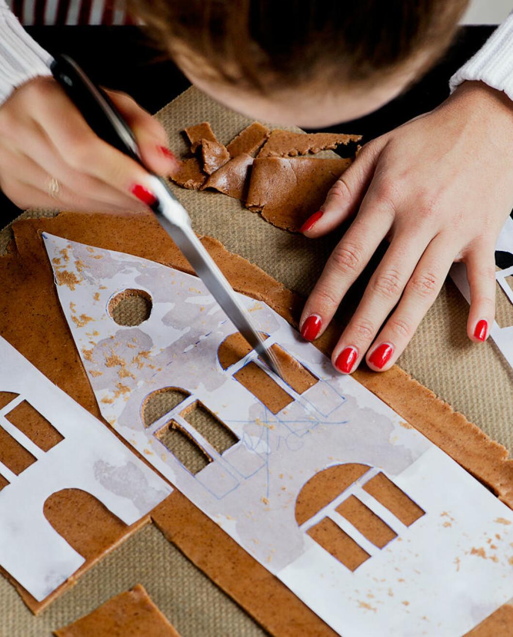 2. Använd en riktigt vass kniv för att skära ut fönster och detaljer.