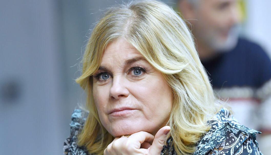 Pernilla Wahlgren ser bekymrad ut