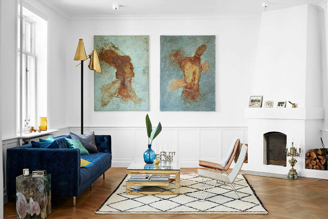 Pernille Teisbæk uppskattar de stora ytorna i lägenheten i Frederiksberg. Trots att hon och hennes pojkvän bara bott här ett år känns det inbott och hemtrevligt. Vintageklassiker samsas med nyare prylar. Fåtöljerna PK22 av Poul Kjærholm för Fritz Hansen är den typ av klassiska danska möbler som Pernille älskar. Här kompletterade med mässingsbord och -lampa, de klassiska, byggbara ljusstakarna från Nagel och en Beni Ohrain-matta, bland annat.