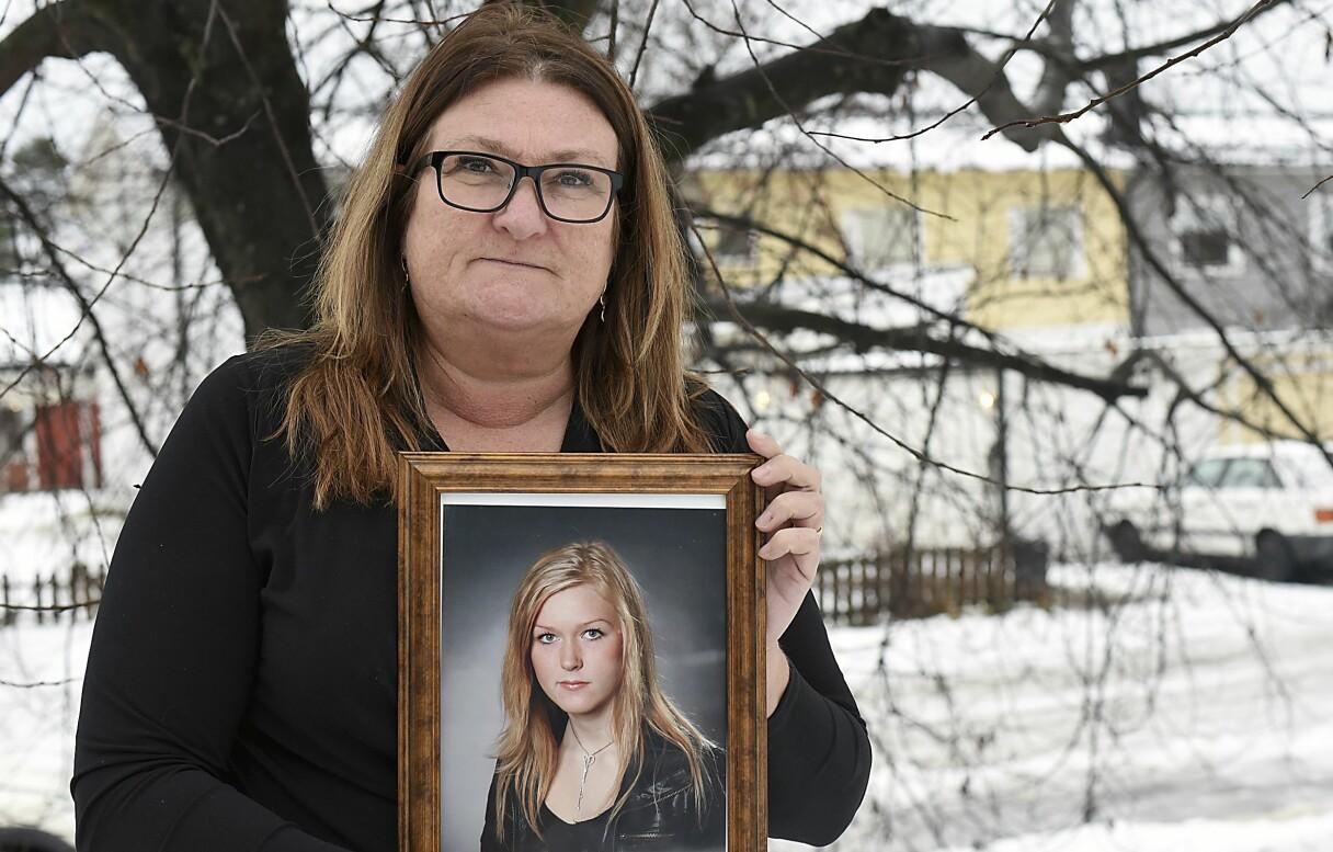 Pia Lovholt håller upp ett foto av sin dotter Denise som dog dagen före julafton