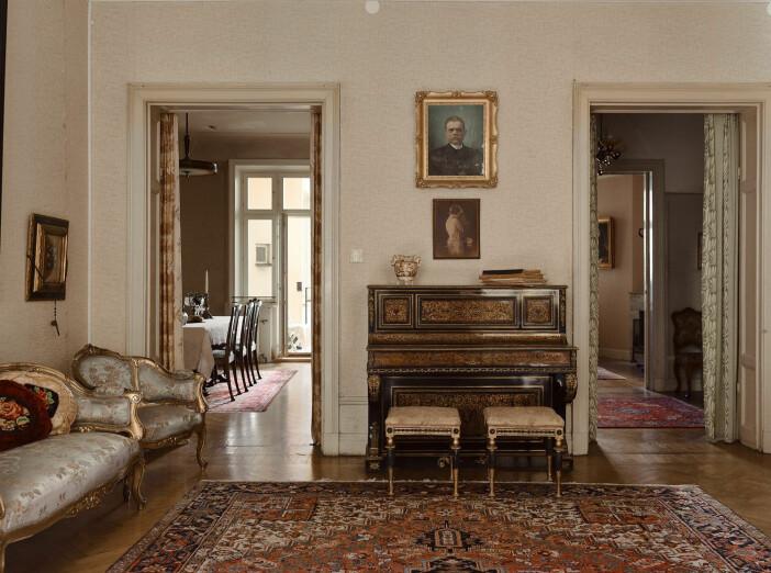 piano i salongen i sekelskiftesvåningen