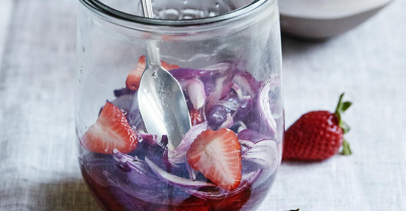 Recept på picklad rödlök med jordgubbar
