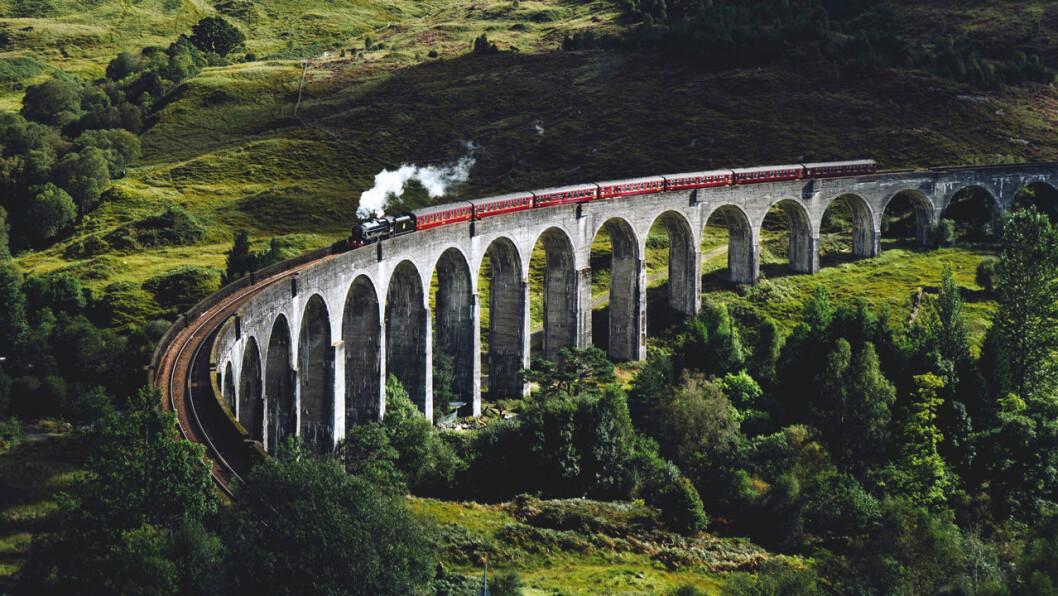 tåg över bro