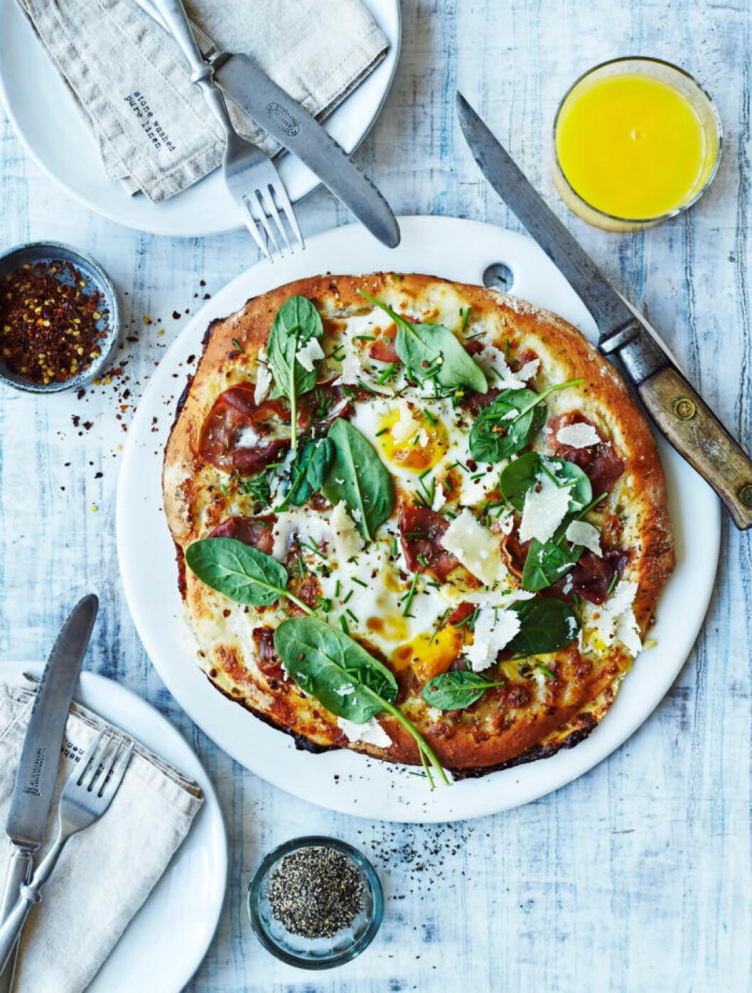Recept på brunchpizza med ägg och spenat