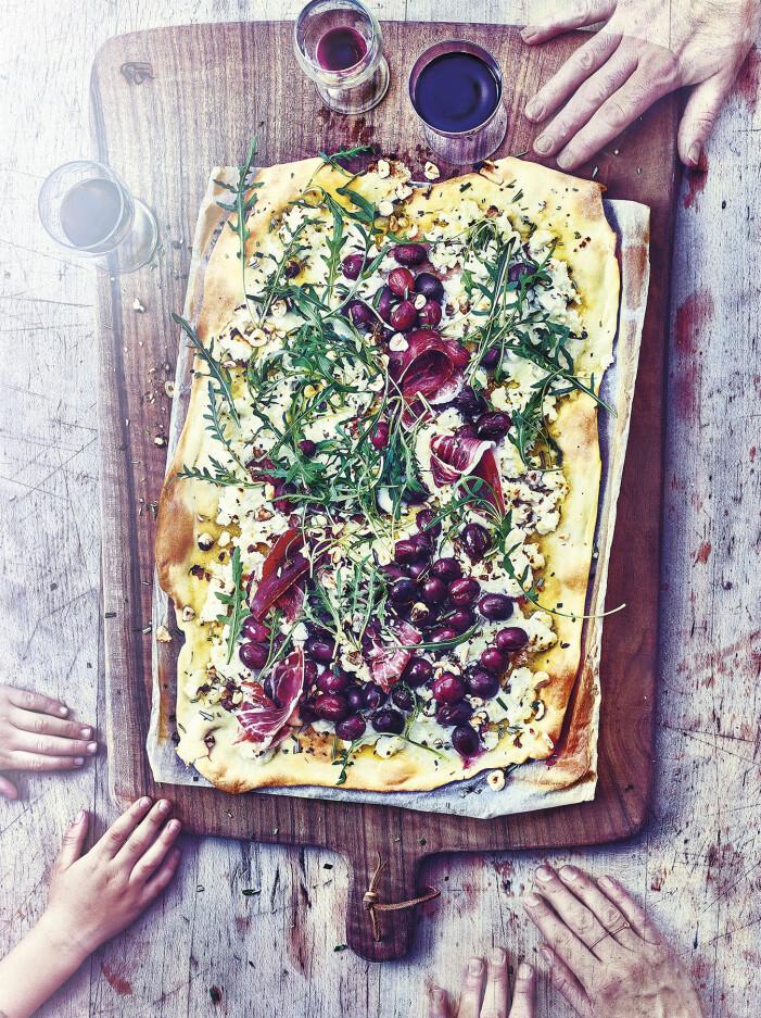 Så lagar du pizza bianca med oliver, ricotta, rosmarin och pinjenötter