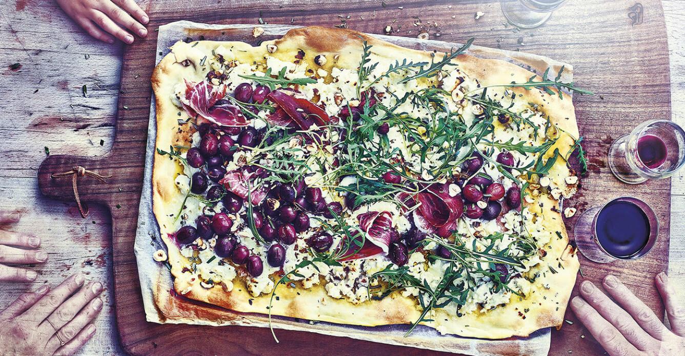 Recept på pizza bianca med oliver, ricotta, rosmarin och pinjenötter