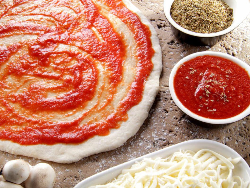 Gör din egen pizzadeg och tomatsås! Foto: Shutterstock