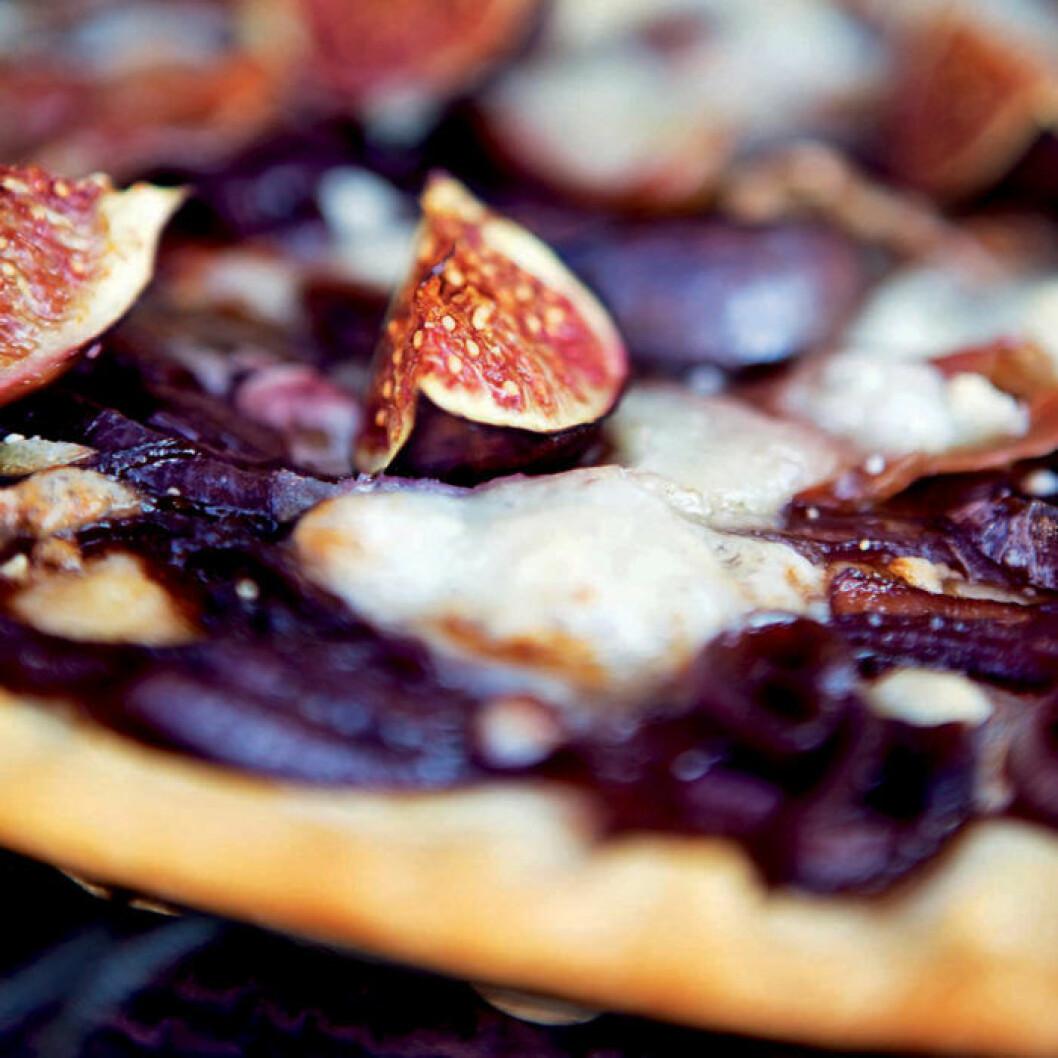 Pizza med fikon, chèvre, karamelliserad rödlök och prosciutto.