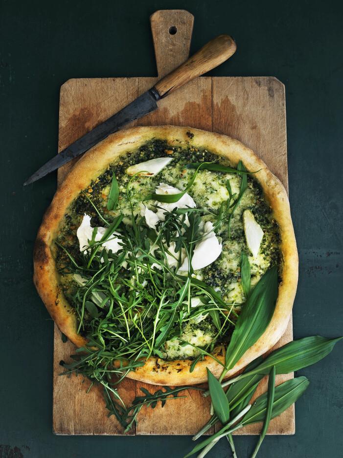 Så lagar du en lyxig pizza med burrata och ramslökspesto