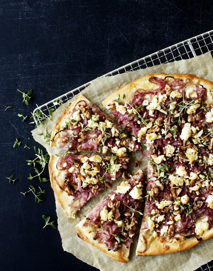 Pizza med karamelliserad rödlök