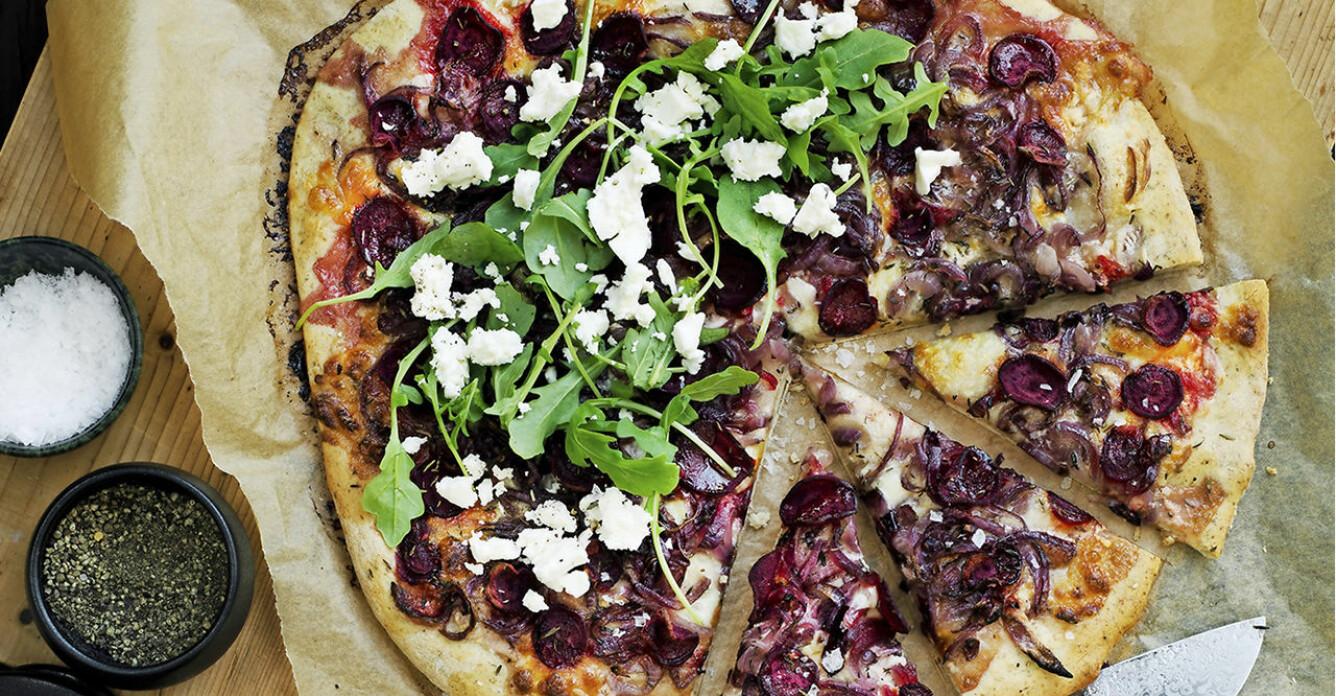 Recept på pizza med rödbetor, rödlök och rucola