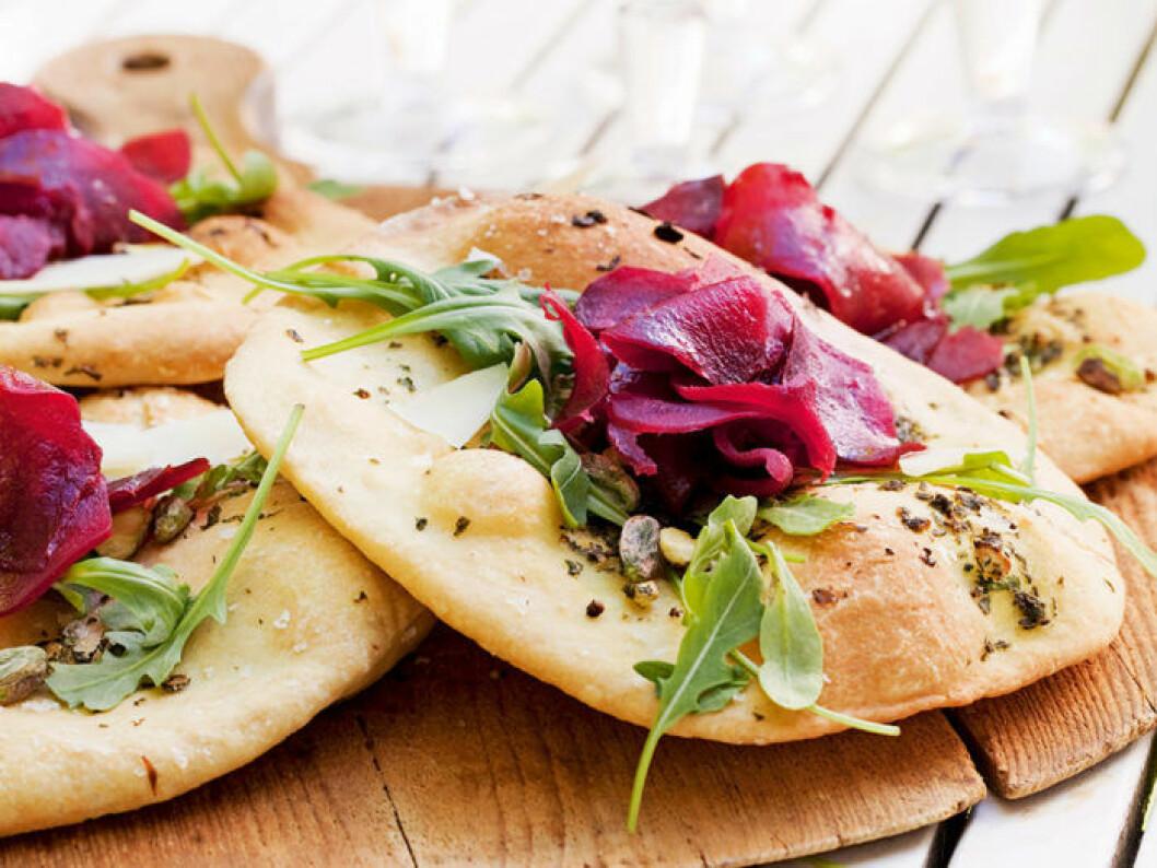 Skördepizza med rödbetor och ruccola.