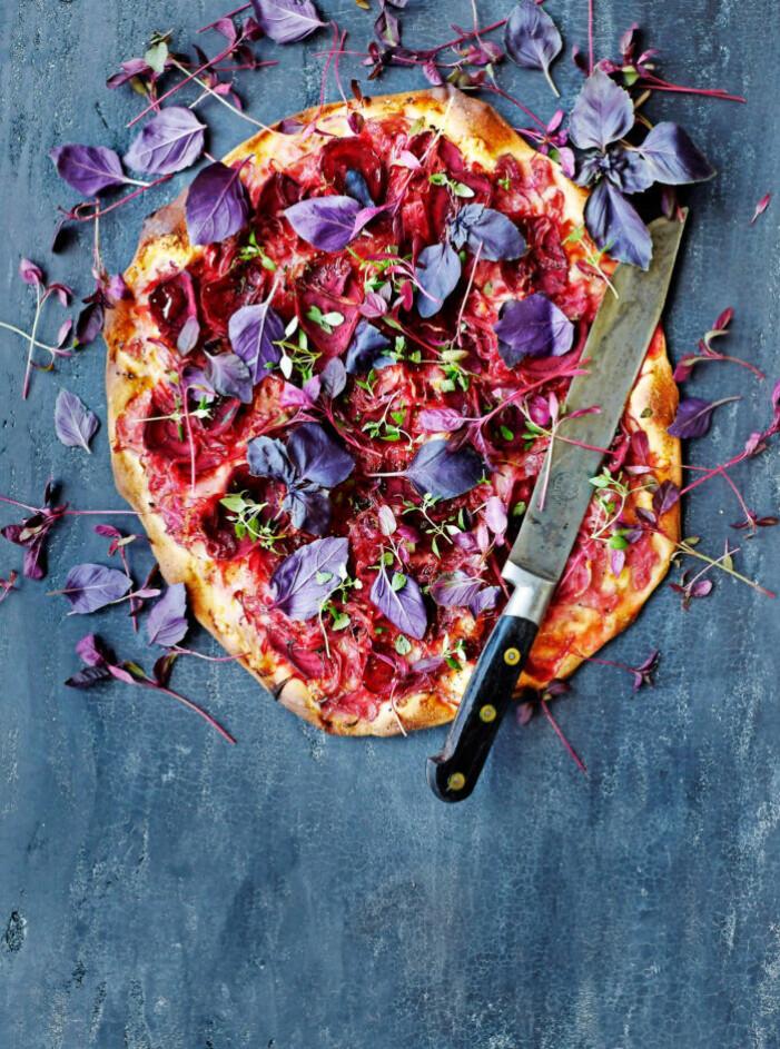 Recept på pizza med rödlök, rödbetor och timjan