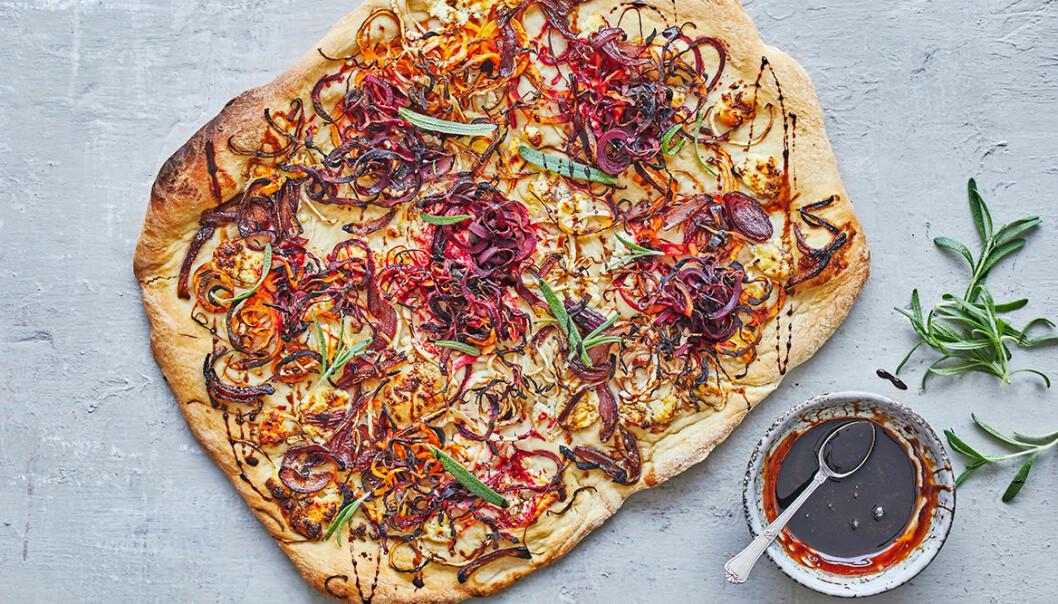 Recept på pizza med rotfrukter, rödlök och getost