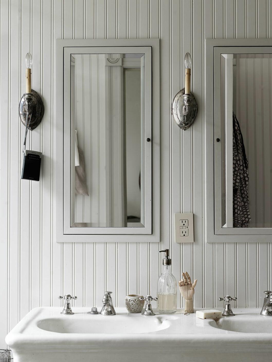 Platsbyggt badrumsskåp som är inbyggt i väggen