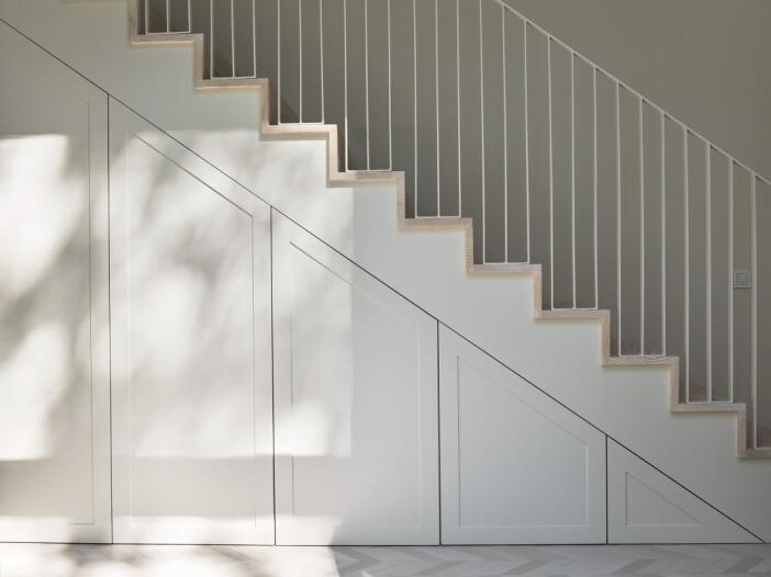 platsbyggd förvaring under trappa