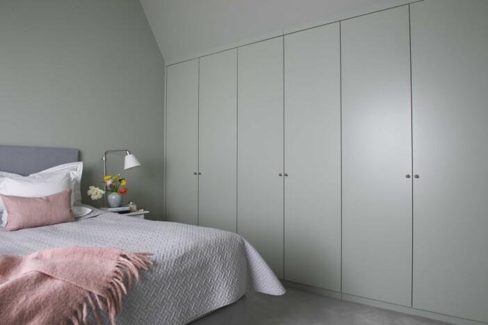 Platsbyggd och inmålad garderob i sovrum