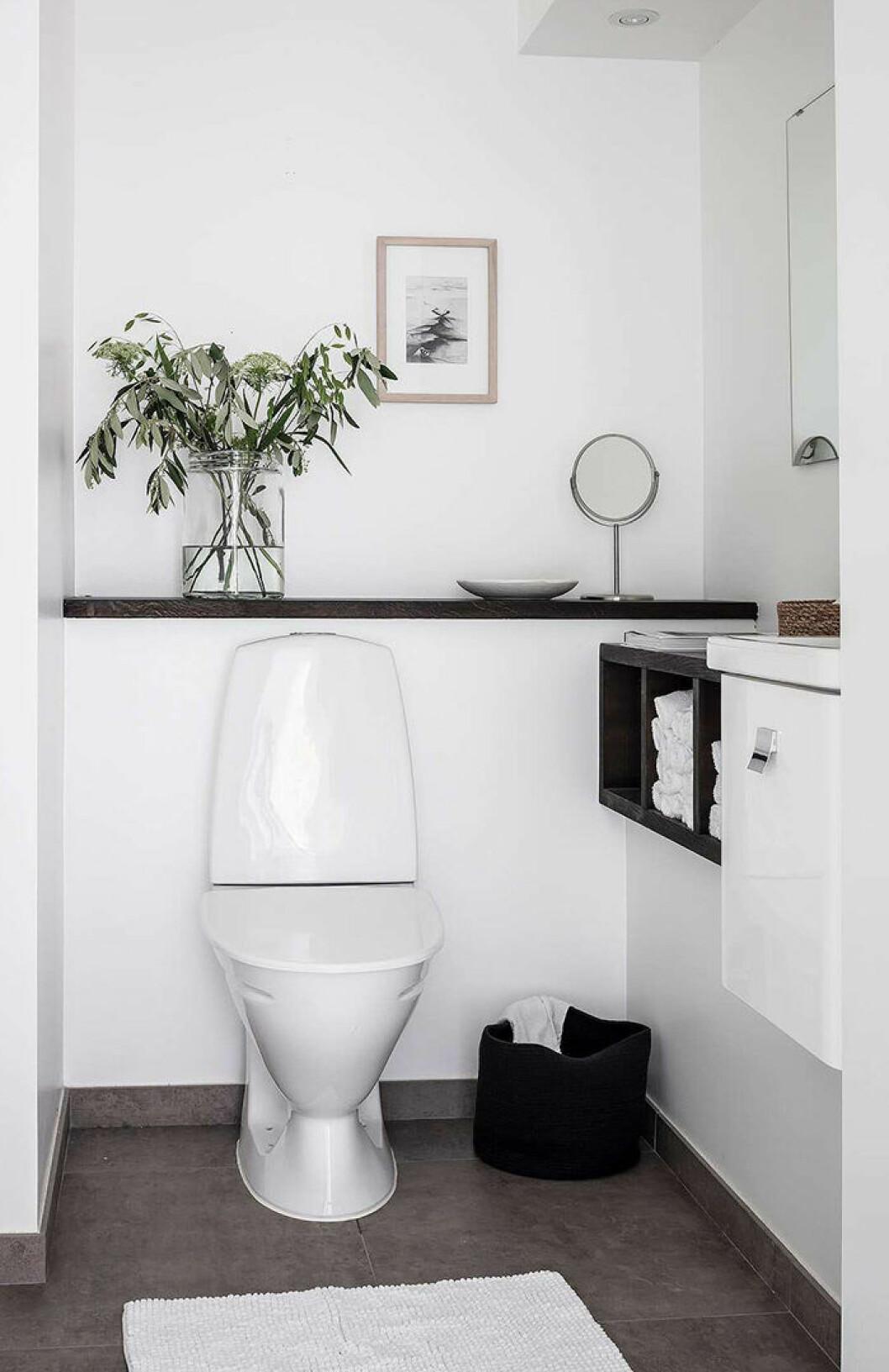 Platsbyggd förvaring är ett snyggt compact living-knep i det lilla badrummet