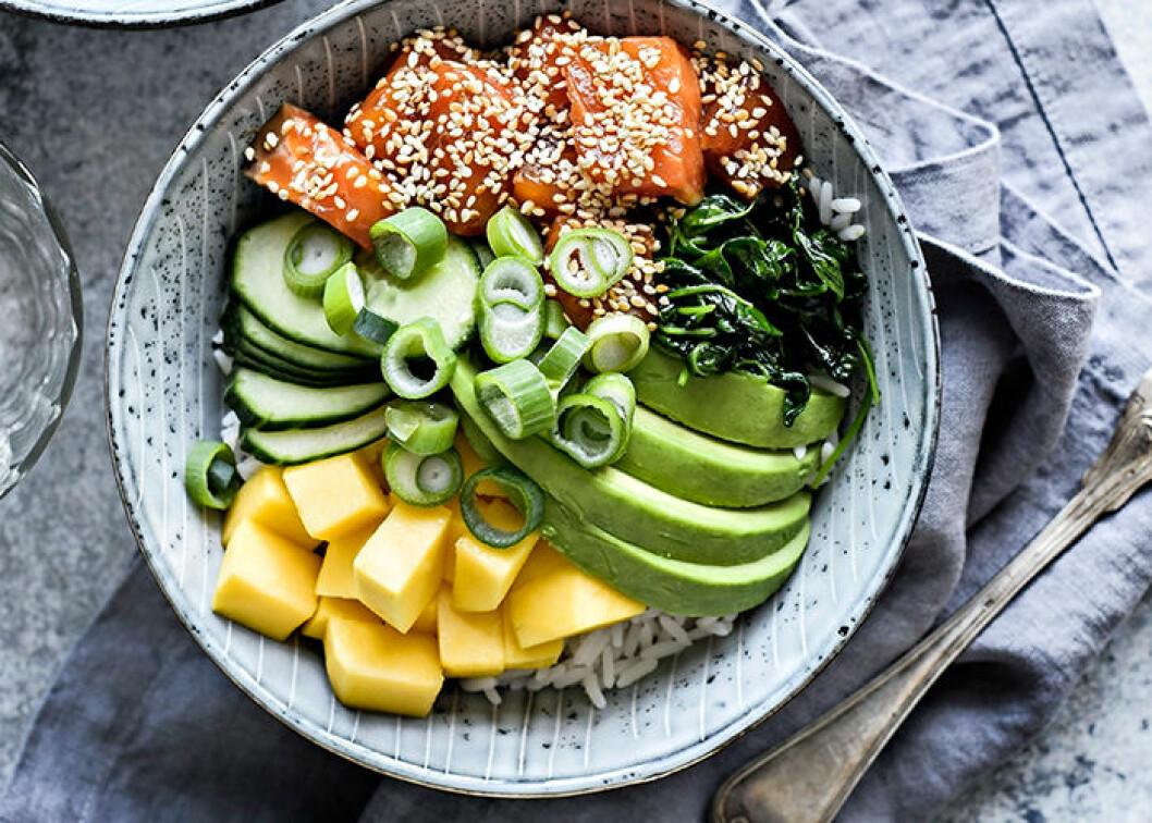 Poke bowl med ris, lax och mango.
