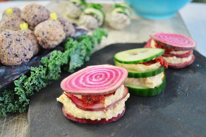 Recept på polka- och gurksnittar med hummusröra