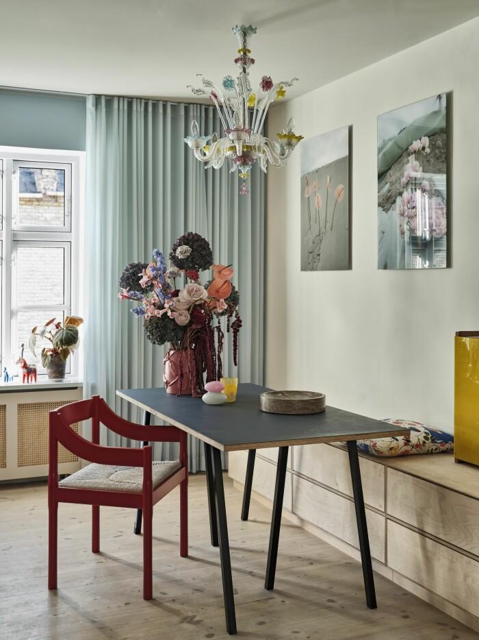Hemma hos Poppykalas i Köpenhamn bord vas blommor