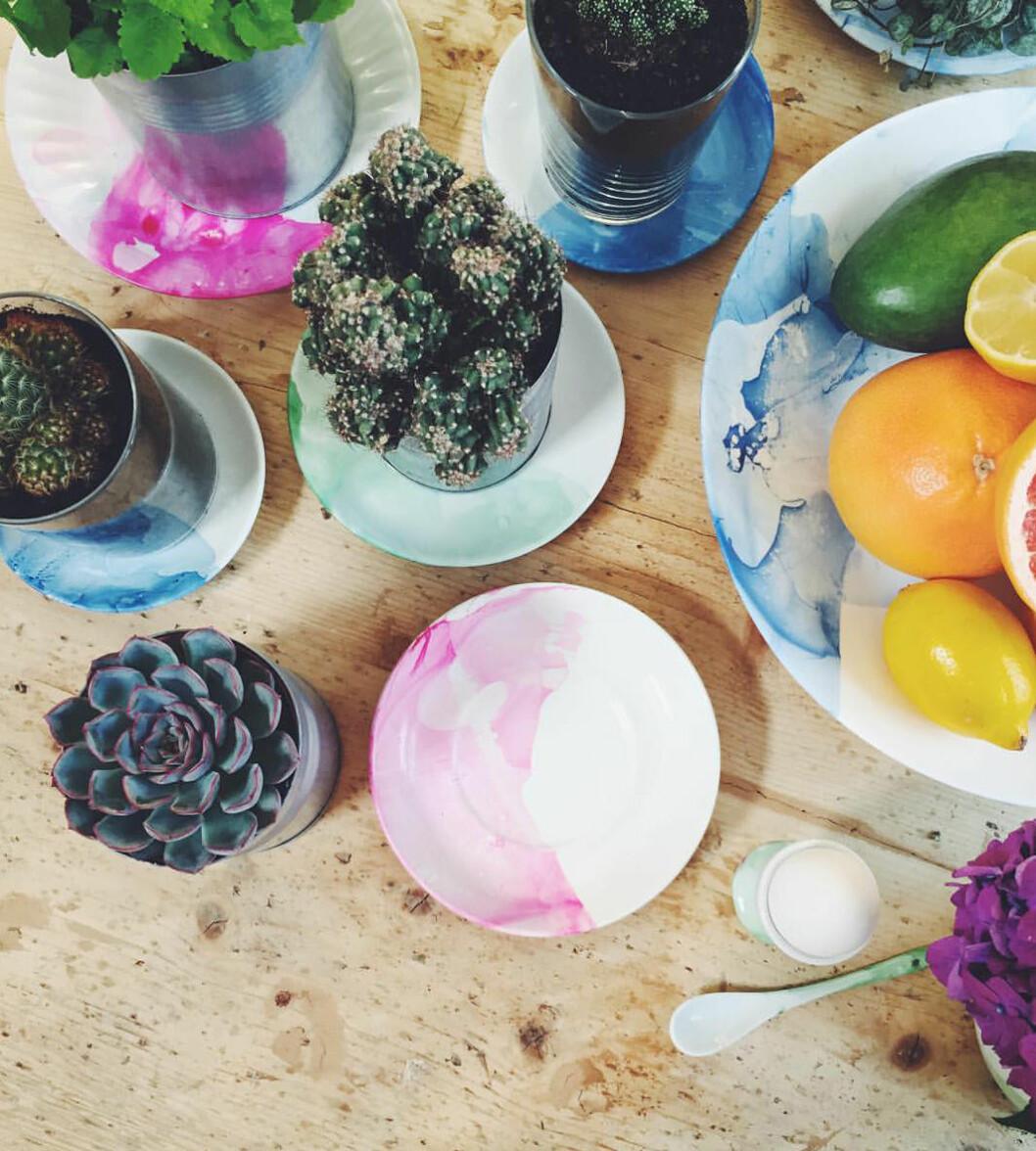 """Elsa Billgren dekorerade porslin med nagellack i """"Äntligen hemma"""". Foto: Instagram"""