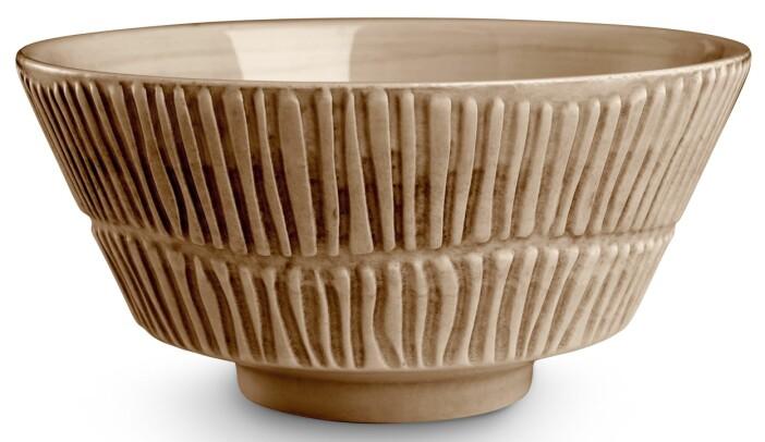 Porslinsskålen Stripes med grafiska linjer från Mateus, här i färgen Cinnamon.