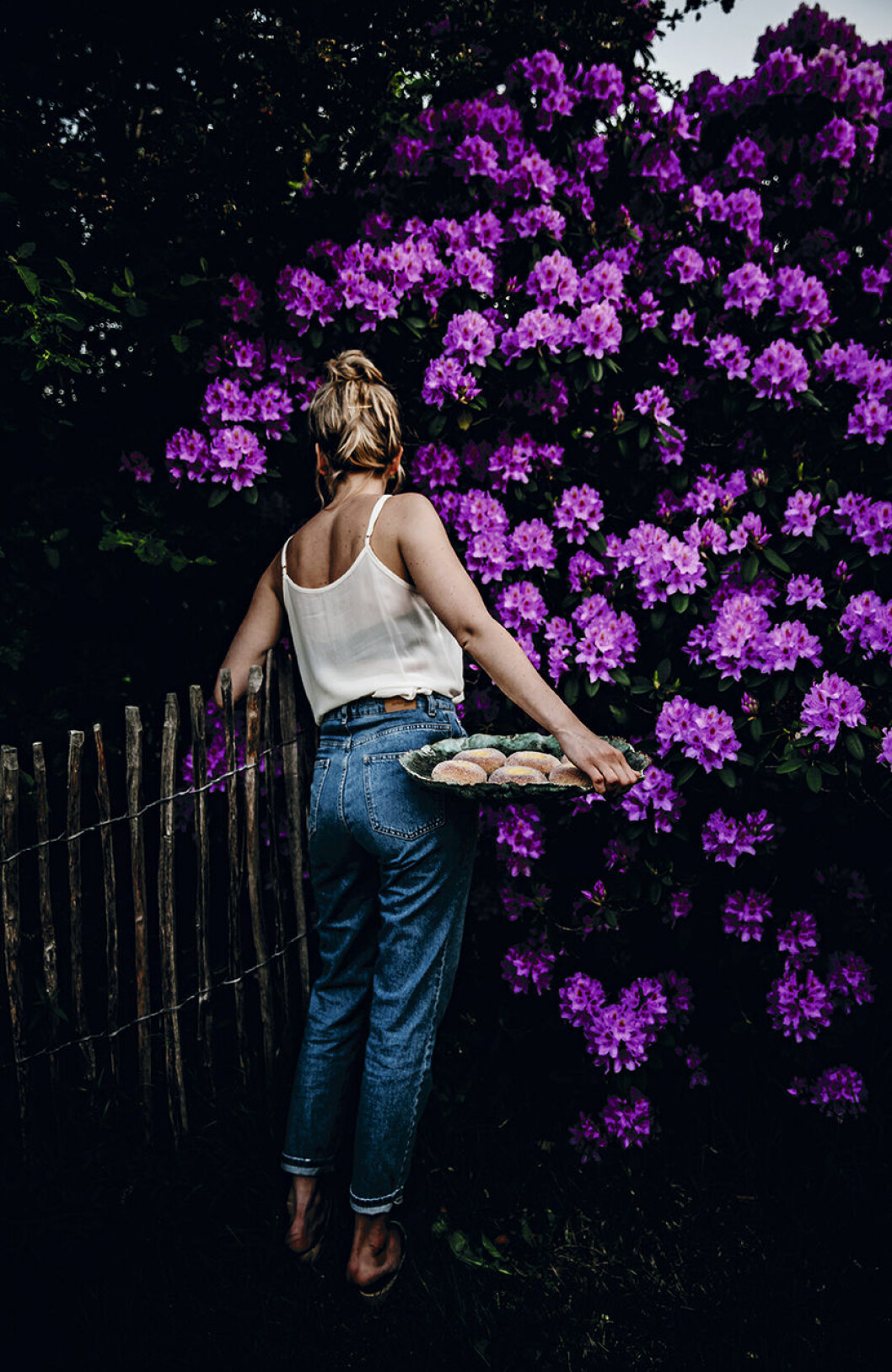 Porträtt My Feldt i trädgård.