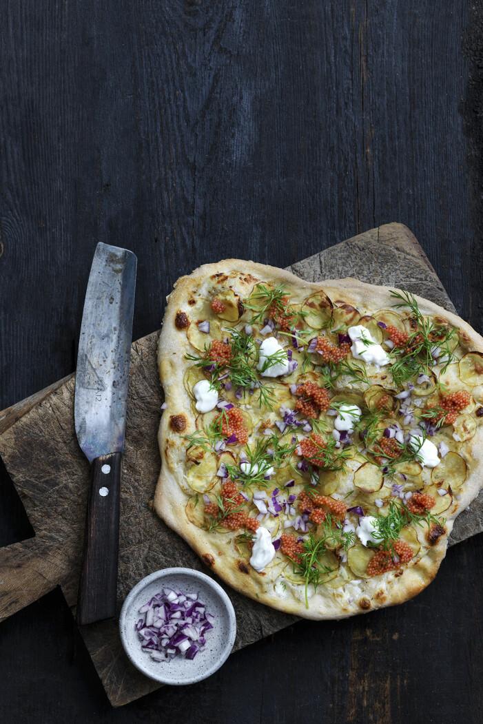 Laga en lyxig potatispizza med crème fraiche och rom