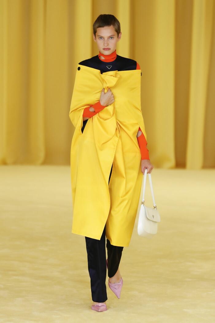 Pradas vårkollektion 2021 bjöd på colorblocking av gult, orange och rosa.