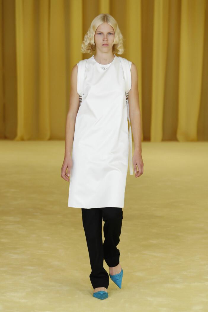 Minimalistisk vitklänning vårtrend 2021 Prada